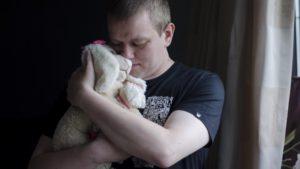 2016-08-30 Man met knuffel